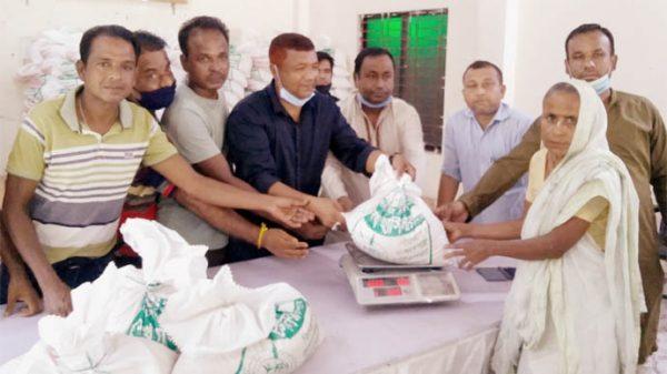 কমলগঞ্জে প্রধানমন্ত্রীর খাদ্য সহায়তা প্রদান